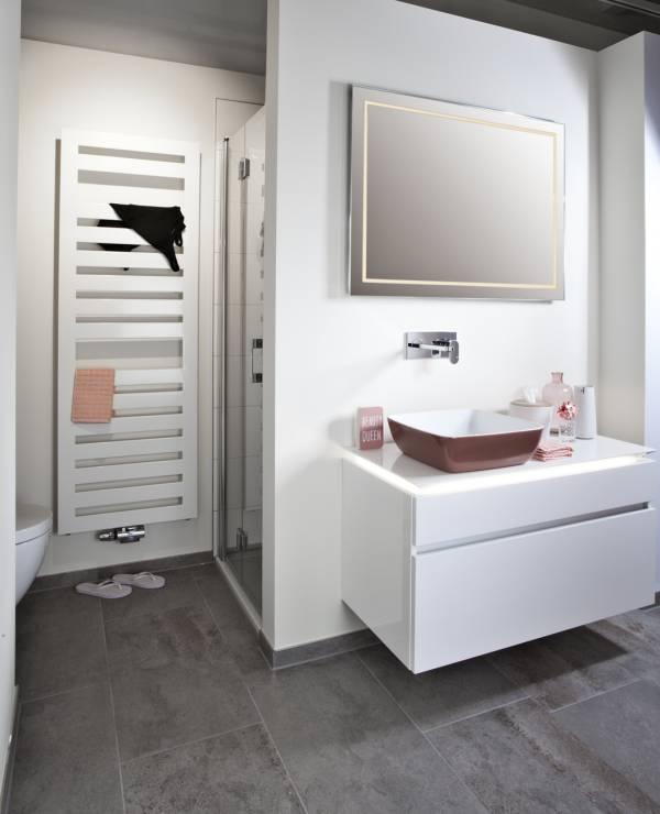Modernes Waschbecken in kräftigen Farben